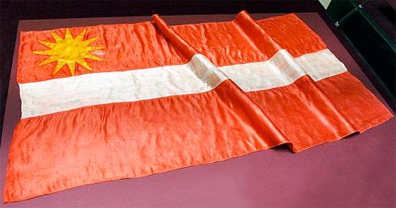 Pirmais izgatavotais Latvijas karogs